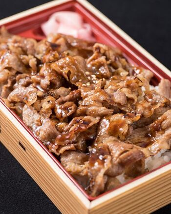 ランチタイムのお持ち帰り専用で牛めし弁当もあります。家族へのお土産や帰りの新幹線で食べるのにもいいですね。
