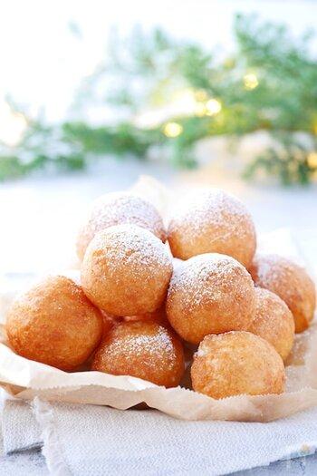 もっちり食感が楽しい餅ドーナツ。ホットケーキミックス生地にお餅を加えて作ります。仕上げに粉糖をまぶしたら完成!丸いひと口サイズで、パクっと食べやすいのも嬉しいポイント♪