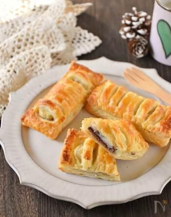 パイと餅の意外な組み合わせ。でも、これが意外と合うんです!餅はそのまま使わずに、一度レンチンするのがポイント。相性抜群のチョコバナナに餅の独特の食感がプラスされます。外はサクッと中はもちもちのやみつきになる美味しさ。