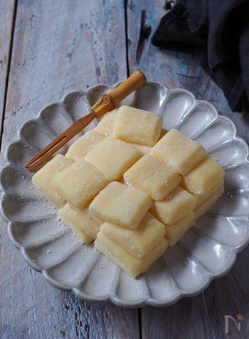 秋田の郷土菓子として知られるバター餅。レンチンした切り餅に、バターや卵黄、牛乳、砂糖を加えて練り込み、最後に片栗粉を加えて固めるだけ。素朴な甘さで、時間が経ってもかたくなりにくいので冬のおやつにぴったり。オーブントースターで軽く焼いて食べるのもおすすめです。