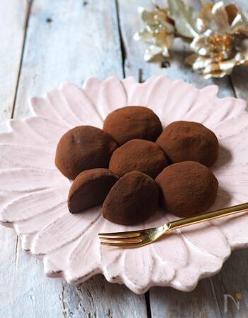 電子レンジを使って作る生チョコ大福は、市販のチョコレートクリームを使えばより手軽です。お餅自体にもチョコを練りこんでいるので、風味豊かな仕上がりに。チョコレート好きの方へのおもてなしにいかがでしょうか?