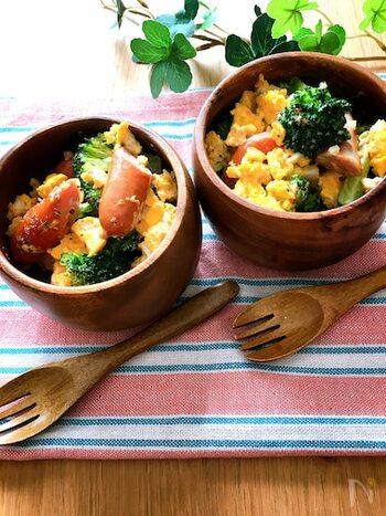 卵が入ったホットサラダは、おかずのような満足感◎マヨネーズと粒マスタードのドレッシングでまろやかな美味しさに。全部レンチンなので、忙しい日も助かります。