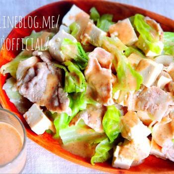 豚肉とキャベツを一緒にレンチンする豚しゃぶホットサラダ。豆腐を加えれば、ヘルシーなうえにボリューム感もアップ!かさが減ることで、たっぷり野菜が食べられますね。