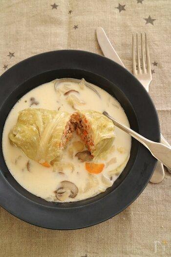 体の芯から温まる、ほっこり美味しいサーモンのロールキャベツ。クリームスープにはたっぷりキノコを入れて作ってみてくださいね。スープは多めに作って、具沢山のスープとしても楽しめます♪