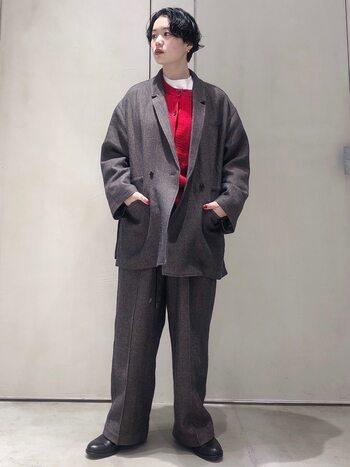 黒、白、グレーなどのモノトーンカラーとの相性が抜群に良い赤。ジャケットやコートの中に仕込むだけでメリハリのある冬コーデが完成します。ワイドサイズのアウターを選んで、とことんかっこよく。