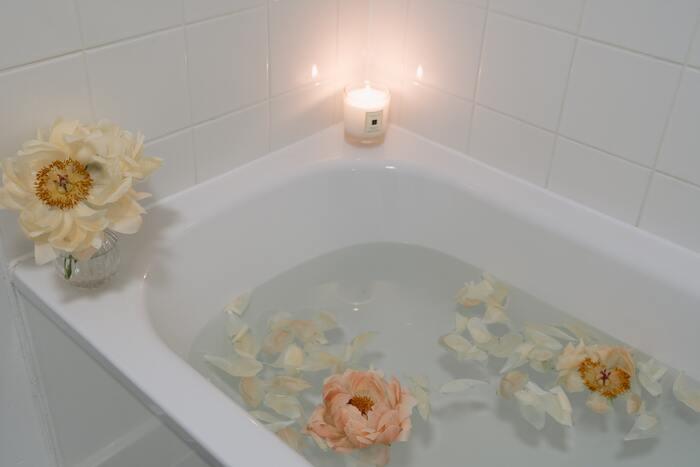 足湯や手湯をする場合は、40℃~42℃ほどの、熱めのお湯を使うのがおすすめです。お湯が冷めてしまった時にさし湯ができるよう、ケトルなどにお湯を準備しておくといいかもしれません。足湯・手湯が終わったら、よく水気を拭きとり、手足を冷やさないように保温をしてくださいね。
