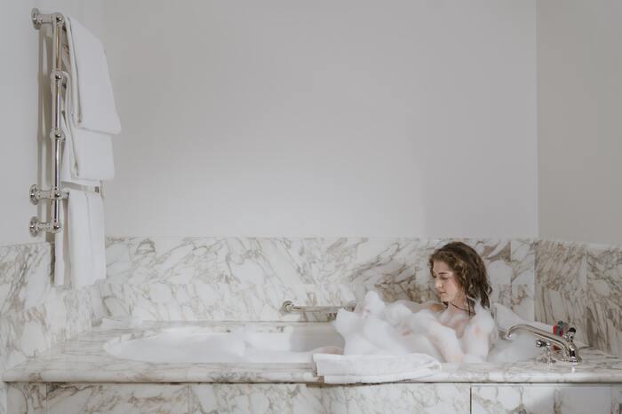 42℃以上の高温のお風呂に浸かると、身体の表面しか温まらず、すぐに湯冷めしてしまうことがあるそう。ぬるめのお湯に20分ほど浸かると身体の芯から温まり、血の巡りもスムーズに。免疫力アップに繋がります。
