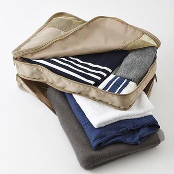 四角い仕分けケースは、スーツケースにも収まり良く、衣類が崩れにくいので重宝します。日数が増える場合は、2段タイプがあると、便利!例えば、上段にインナー類、下段にアウター類というのもいいし、2日目、3日目と分けて収納してもOK。家族旅行の場合は、自分と子供の服を仕分けするのにも役立ちますよ。