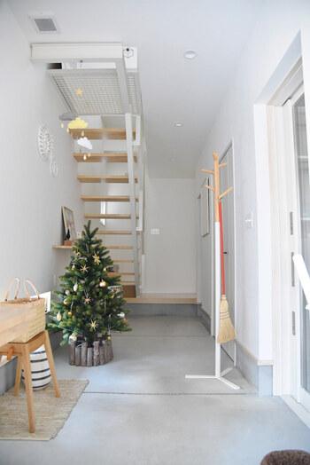スペースにゆとりのある玄関には、ツリーを飾ってみても。家に帰るのが楽しみになるような、素敵な玄関です。