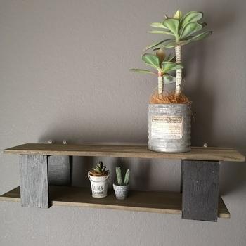飾るスペースがない時は、DIYするのもひとつの手。100均のアイテムを組み合わせて作る方法なら、初心者さんでも気軽にチャレンジできます。省スペースに飾りたいなら、壁面の飾り棚を作ってみて。