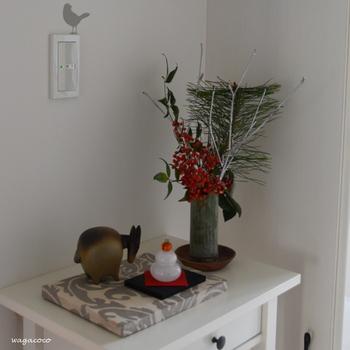 お正月の玄関飾りは、鏡餅や干支の置物にお花やグリーンを添えるだけで、一段と華やかな雰囲気になります。
