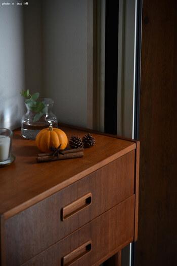 最近は、ハロウィンの飾り付けを楽しむご家庭も増えてきているようです。ハロウィンの象徴・かぼちゃに、松ぼっくりや木の枝など秋らしい小物を添えて、ナチュラルな雰囲気にまとめられています。
