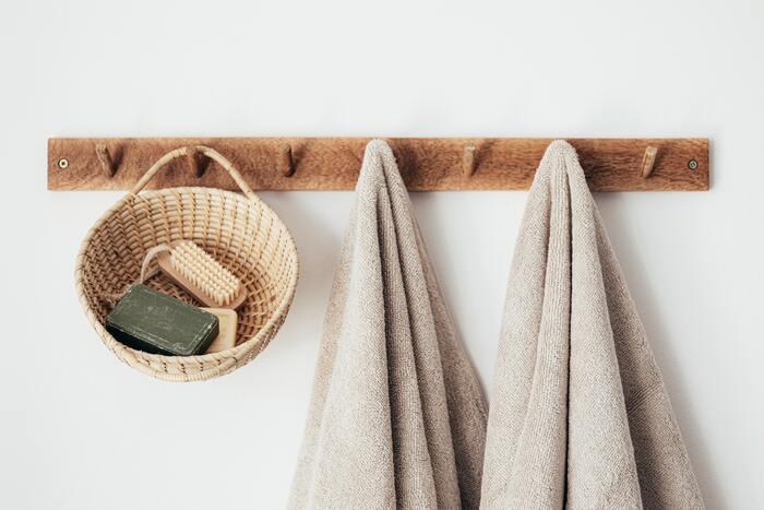 手洗い・入浴後のタオルを、共有して使っている人もいるかもしれません。しかし、タオルを共有することで、湿ったタオルで増えた細菌が手につき、手洗いも逆効果になってしまうそう。コップなども同じように、共有するのは避けましょう。