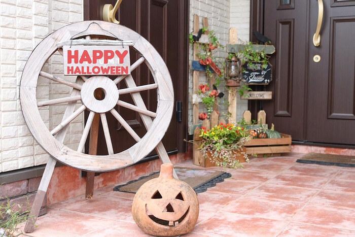 玄関の外にも、ハロウィンの雰囲気を。グリーンの中に、こっそりかぼちゃを忍ばせます。飾りを取り換えれば、そのままクリスマスまで使えそうですね。