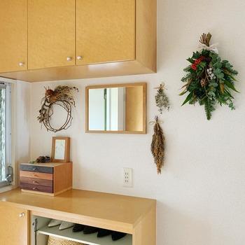 クリスマススワッグで玄関の壁を飾るアイデア。スペースが少ない玄関でも真似しやすいですね。クリスマスシーズンは、素敵なリースやスワッグ、ライト、ガーランドなど、壁を飾るアイテムがたくさんあって飾り付けの楽しみが広がります。