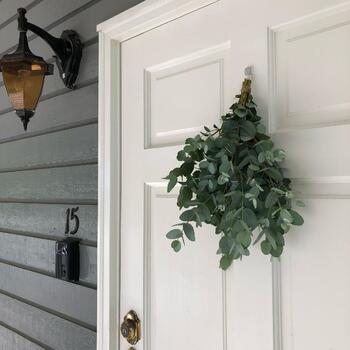グリーンのみのスワッグでも、こんなに素敵になります。白いドアと鮮やかなグリーンのコントラストは、遠くから見てもしっかり映えますね。