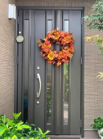 賃貸などにも多いダークな色合いの玄関ドアには、鮮やかな色のリースがよく映えます。外側に飾るなら、遠くから見ても分かるくらい、ちょっと大きいサイズがちょうどいい◎