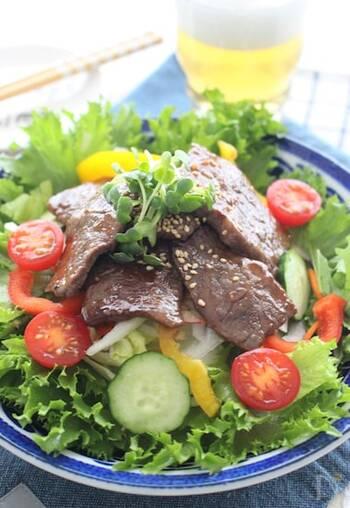 焼肉のタレにニンニクチューブを加えて、旨味とスタミナアップ!メインとしても食べられるおかずサラダです。