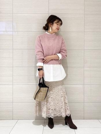 時にはピンクアイテムに白やレースを合わせてとことんレディに着こなすのも◎。くすみ系のカラーやシルバーアクセ、ブーツを合わせることで柔らかいピンクコーデでも子供っぽくならず上品な着こなしにまとまります。