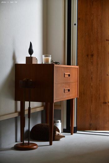 玄関先にこんなおしゃれなドロワーチェストはいかがですか?几帳面な四角に長い丸足がユニーク。ちょっとした小物を収納しつつ、玄関にアクセントを加えてくれます。
