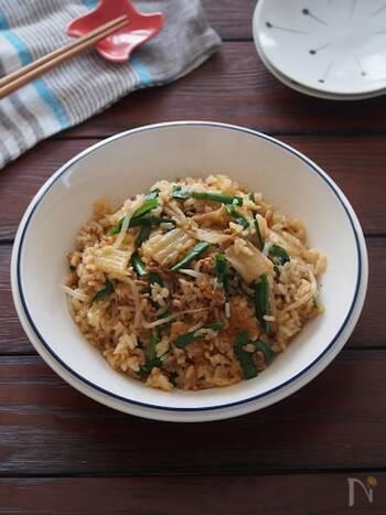 焼肉のたれとキムチで簡単に味付けするビビンバ風の炊き込みご飯。包丁を使わずお手軽でおいしく作れちゃいます。