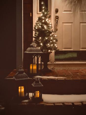 ツリーは玄関の前に飾っても素敵です。家の前を歩く人も笑顔にできる飾り付けですね。ランタンがあれば、ロマンティックな雰囲気を演出できます。