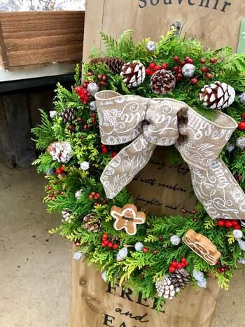 クリスマス飾りの定番・リースは、スタンドを使ってウェルカムボードとして外に飾ってもいいでしょう。毎年同じリースを使っているという方も、少しの工夫でいつもと違うクリスマス飾りが作れます。