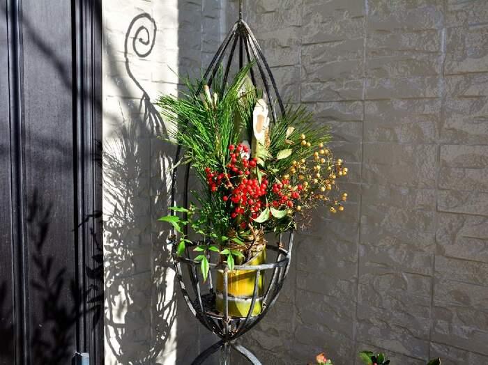 門松をフラワースタンドに入れて。和モダンな雰囲気が素敵ですね。南天の赤い実が、とっても華やか!新年にふさわしいゴージャスな玄関飾りです。