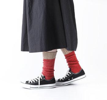 赤やピンクを身につけるのにどうしても勇気がいる…そんな方はまずは小物から慣らしていきませんか?靴下やバッグ、ピアスやシューズなど、赤やピンク色の小物は豊富。無理のないところから挑戦してみましょう。