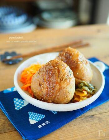 お弁当にうれしい肉巻おにぎり。市販の焼肉のタレとたっぷりの生姜で生姜焼き風に。