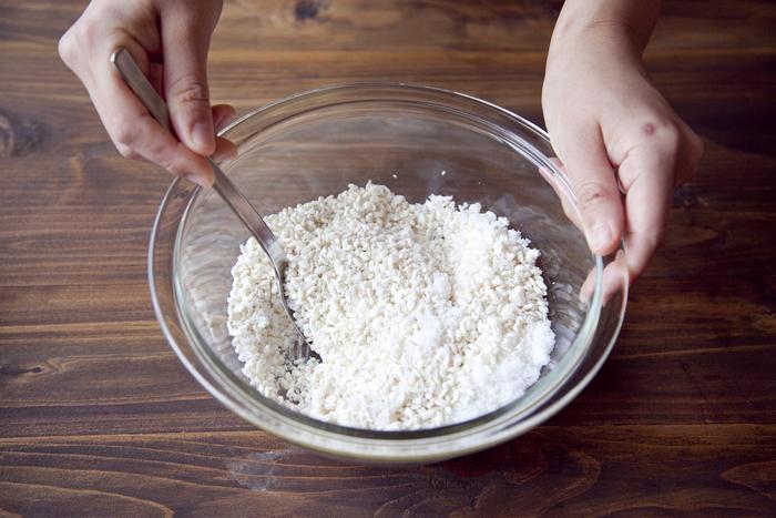 まず、米麹と塩をよく混ぜ合わせます。大きな塊は潰して馴染むようにしましょう。