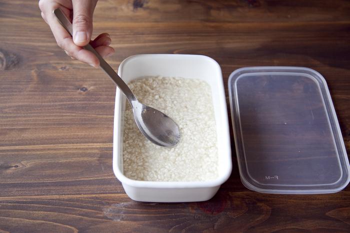 次に、水を200~250ml入れて混ぜ、ホーローやガラスなどの容器に入れます。乾燥麹を使う場合は、250~300mlに増やしてください。全体に水が行き渡る程度がちょうど良い量です。