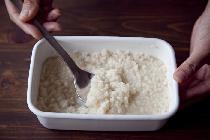 フタをして常温で4~7日置き、米麹が柔らかくなったら出来上がり!1日1回スプーンでかき混ぜましょう。表面が乾いている場合は、少し水を足すと◎