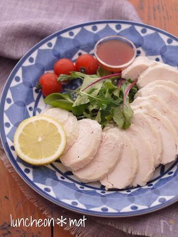 鶏むね肉に塩麹とはちみつを揉み込み、しっとり仕上げたサラダチキンです。鶏肉を寝かせたらお鍋に入れて加熱し、冷蔵庫で冷やせば出来上がり。簡単なので何回も作れそう♪サラダやサンドイッチの具材におすすめです。