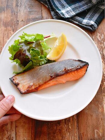 塩麹×レモンで生臭さが消え、爽やかさがプラスされます。塩麹は焼く前に拭き取ることと、焼いている途中でアルミホイルを被せることで、焦げ付きを防げますよ。