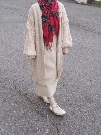 オールホワイトコーデに赤を1点入れるだけで一気に華やかになりますね。マフラーは自然に赤やピンクを取り入れやすいですし、季節感のあるおしゃれを楽しむことができます。リブ素材の靴下やファーバッグもおすすめ。