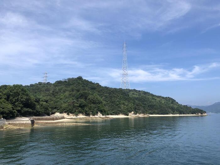 広島県竹原市。瀬戸内海に位置する「大久野島」は、野生のうさぎが生息する、島一周が4キロほどの小さな島です。かつて、毒ガス工場があったことから「地図から消された島」と呼ばれていました。現在は国立公園に指定される、美しい海と四季折々の自然を楽しめる島となっています。