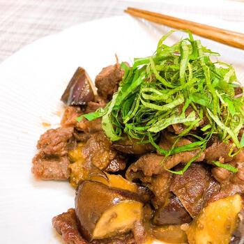 旨味たっぷりの牛肉と、味の染みたなすが最高の一品。牛肉となすを順番に炒めたら、調味料と混ぜ合わせて仕上げます。大葉を載せるとさっぱり頂けて、彩りも◎