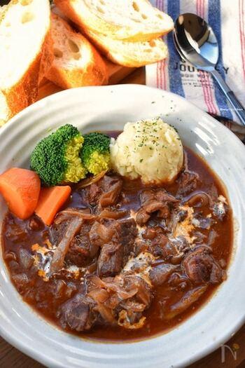 たっぷりの牛肉と野菜を赤ワインで煮込んだ、リッチなビーフシチューです。蜂蜜や砂糖で甘みを足しても◎具材の旨味が溶け込んだシチューをパンに付けると最高です♪