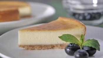 クリームチーズとマスカルポーネをたっぷり使い、サワークリームも合わせたベイクドチーズケーキ。シンプルですが、リッチ。高めの温度で湯煎焼きにするので、柔らかなニューヨークチーズケーキとスタンダードの中間の味わいです。