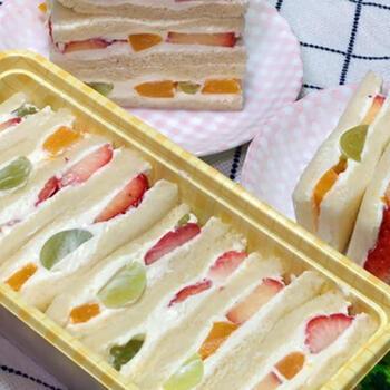 マスカルポーネに生クリームを加えると、プロの味のサンドイッチに。リッチな味わいをぜひ試してみませんか?いちごやぶどうなど色の組み合わせも考えながらフルーツを選び、きれいに仕上げましょう。