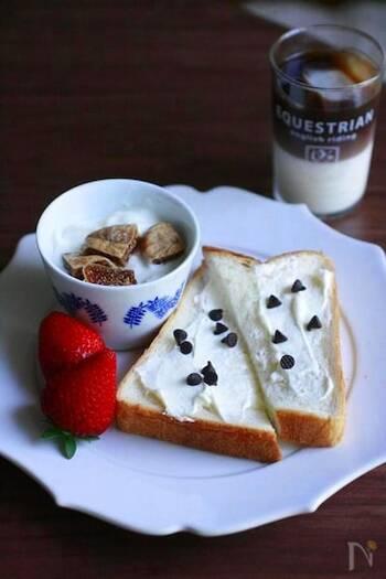 いつもの食パンも、マスカルポーネチーズを塗ってチョコレートをのせるだけで贅沢なテイストに。こんな朝食もおしゃれで素敵ですね。