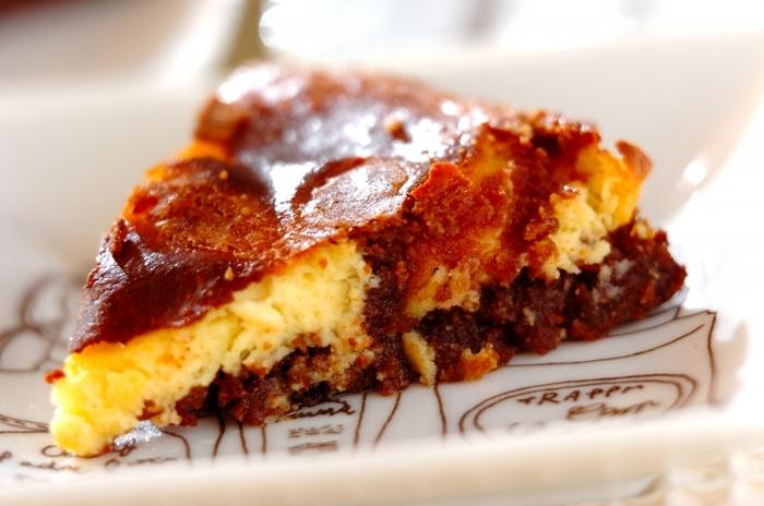 チョコレートとプレーン、2色の生地をマーブル状に焼き上げたおしゃれなケーキ。色のコントラストをきれいに出すために、焼きすぎないように気をつけて。