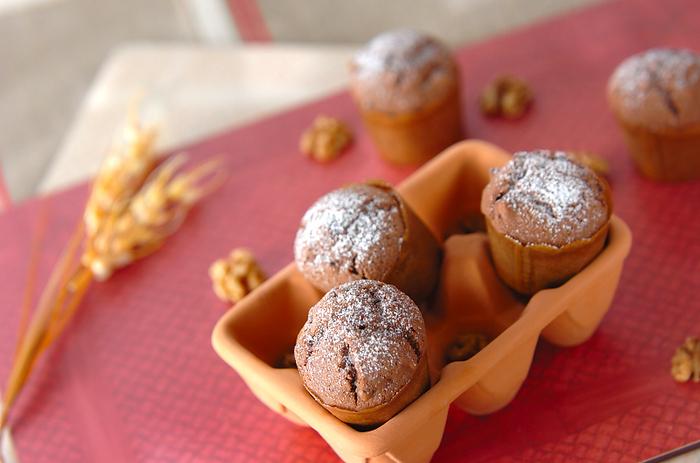 くるみとチョコチップをたっぷり生地に混ぜ込んで、香ばしく仕上げたマフィン。生地にもココアパウダーを入れて、チョコ感をアップ。