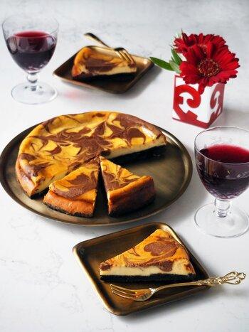 上でご紹介したマーブルチーズケーキに見た目は似ていますが、こちらは生地がぐっと大人味。粗びき黒コショウ、ナツメグパウダー、シナモンパウダー、クローブパウダーに、ラム酒。複雑な味わいはワインに合わせてもGOOD。