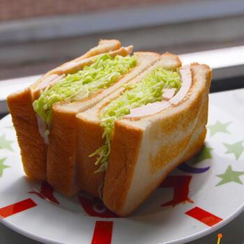たっぷりのキャベツをごま油、酢、塩で和えてハムと一緒にサンドイッチに。トーストした食パンに挟んでボリュームたっぷりなサンドイッチに。具材はお好みで増やしても◎。