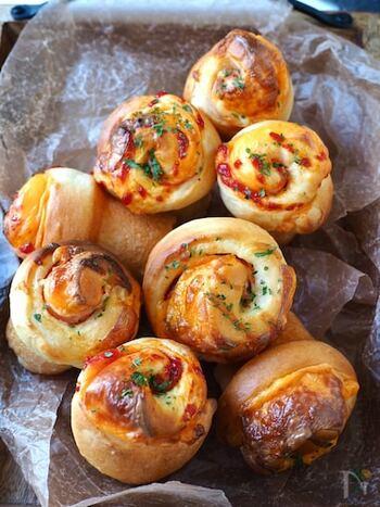 ホットケーキミックスで作る総菜パンのレシピ。捏ねる作業と発酵いらずなのであっという間に作れます。ほんのり甘い生地に、ハムとチーズがよく合います。