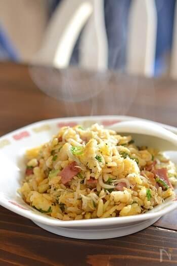 パラパラとした食感がおいしいハム入りのシンプルな炒飯。ごま油と醤油の香ばしい香りが食欲をそそります。じゃこを入れて栄養バランスもアップ。