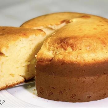 お餅入りのチーズケーキは、電子レンジで加熱した切り餅に材料を加えて、オーブンで焼くだけ。チーズは手軽なピザ用でもOK。チーズの風味ともっちり食感がクセになります。熱々のうちに召し上がれ♪