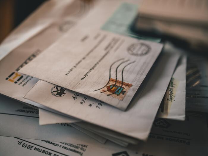 長期間家をあける時には、郵便受けがたまらないようにする工夫をしましょう!新聞を止める、不在票が入ったままにならないよう配達時間指定をするなど、届くものが分かっている時には事前に対策を。また、これからの季節は郵便局に不在届を出しておけば、年賀状がたまってしまうのを防ぐこともできます。